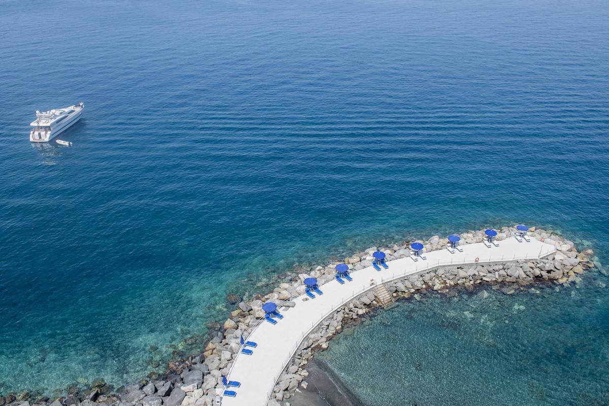 Pontile frangiflutti in acque azzurre dall'Hotel Barco de Principe a Sorrento
